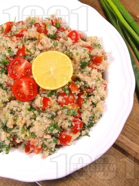 Свежа салата с киноа, риба тон, чери домати и магданоз - снимка на рецептата